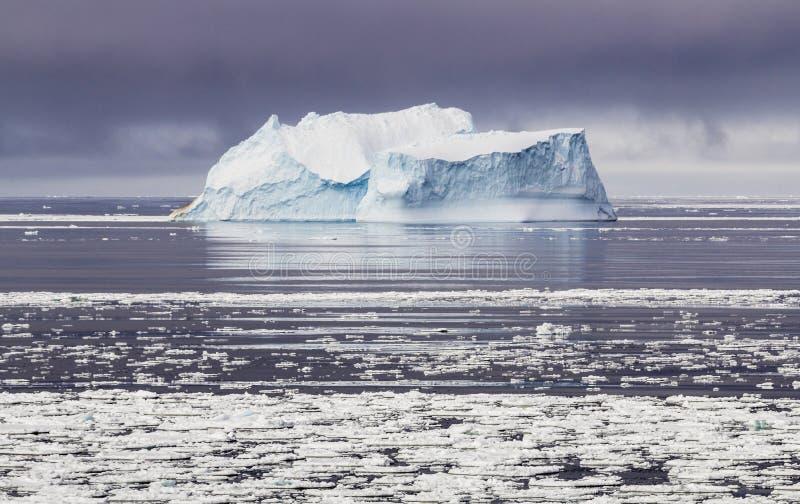 Góra lodowa w Antarktycznej zimie fotografia stock