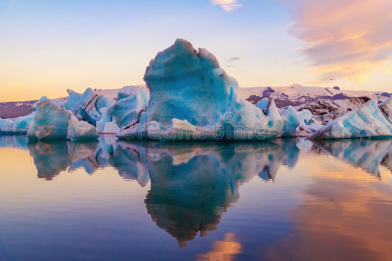 Góra lodowa w Jokulsarlon lodowa lagunie Vatnajokull park narodowy, Iceland lato Midnight słońce fotografia royalty free