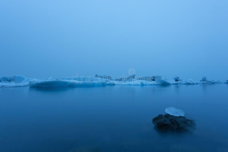 Góra lodowa w lagunie przy północą długo ekspozycji obraz stock