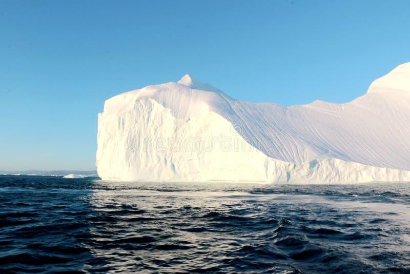 Góra lodowa w zmierzchu fjord od widok z lotu ptaka w Greenland, fotografia royalty free