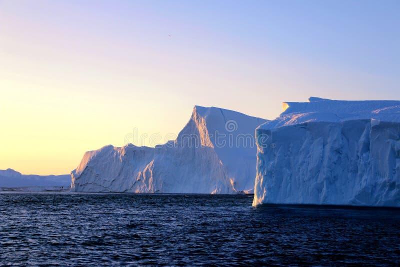 Góra lodowa w zmierzchu fjord od widok z lotu ptaka w Greenland, obraz royalty free