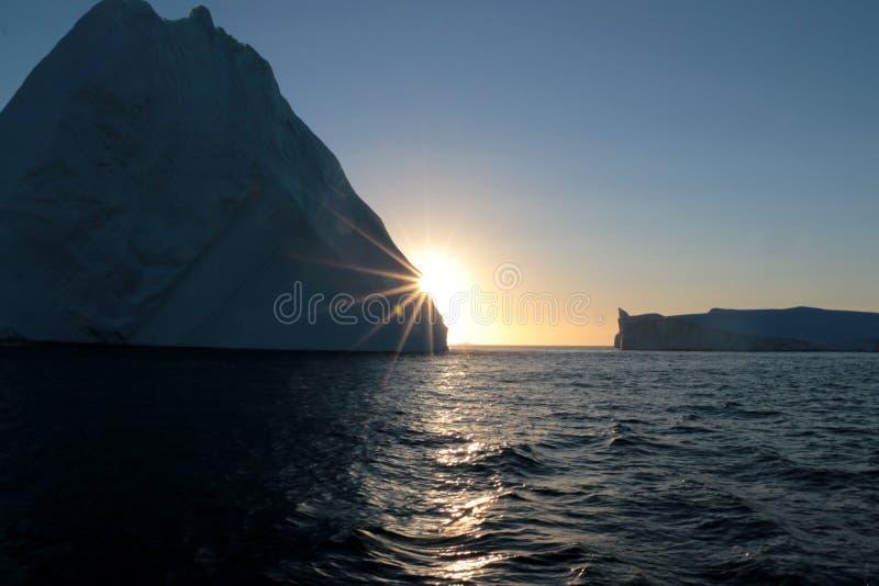 Góra lodowa w zmierzchu fjord w Greenland, fotografia stock