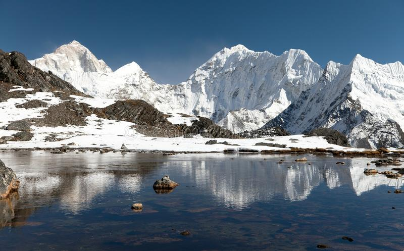 Góra Makalu nad jezioro blisko Kongma losu angeles przepustki zdjęcia stock