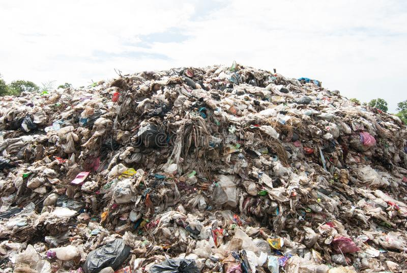 Góra odpady od miastowego społeczeństwa w słabo rozwinięty krajach Południowo-wschodni Asia fotografia stock