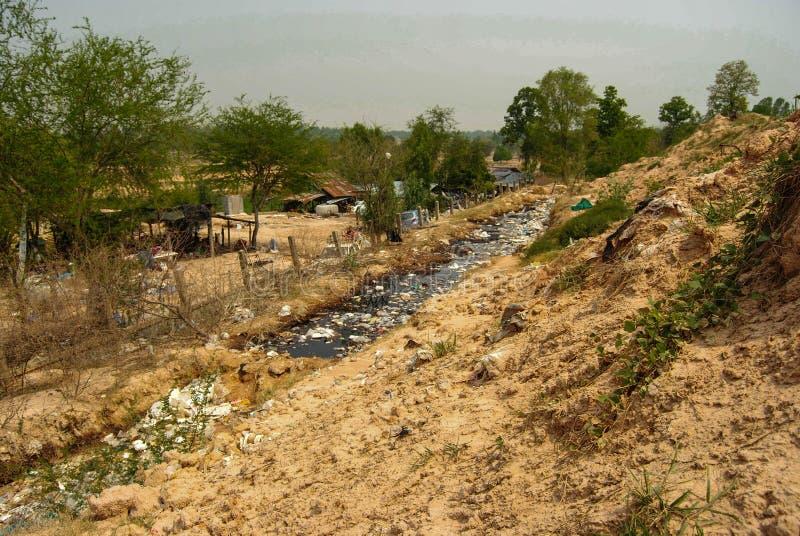 Góra odpady od miastowego społeczeństwa w słabo rozwinięty krajach Południowo-wschodni Asia zdjęcia stock