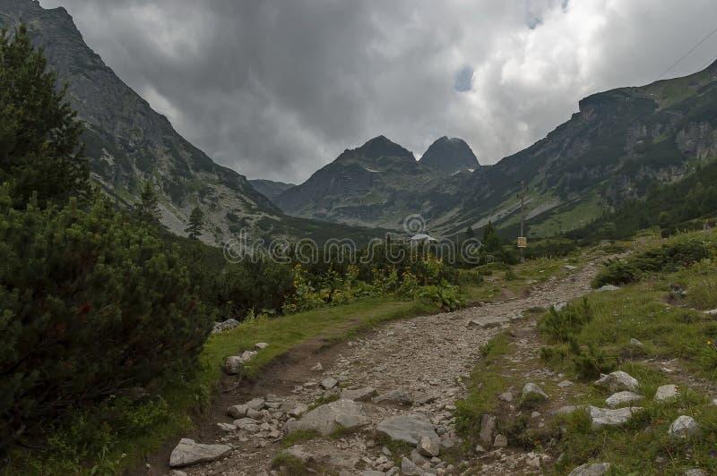 Góra przerastająca z iglastym lasem, halizna i dom, w kierunku Maliovitza osiągamy szczyt w Rila górze obraz royalty free