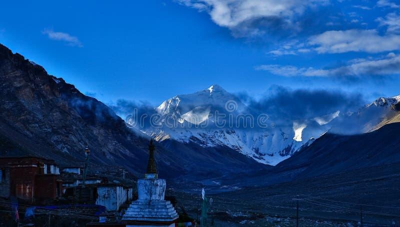 Góra Qomolangma i Rongbu świątynia obrazy stock