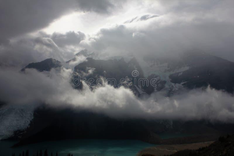 Góra Robson podczas zaćmienia zdjęcie royalty free
