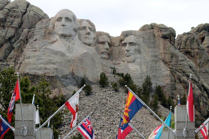 Góra Rushmore z flaga w przedpolu zdjęcie royalty free
