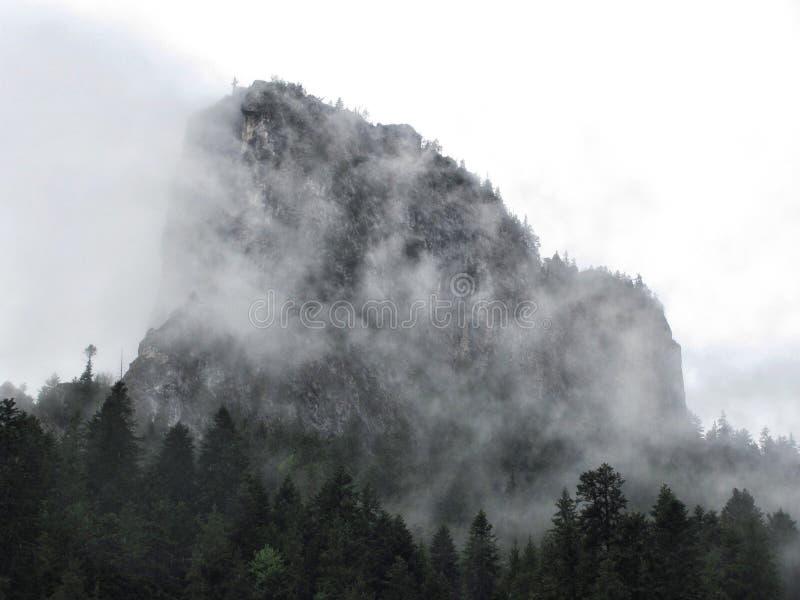 Góra w chmurach w Lacul Rosu, Transsylvania, Rumunia zdjęcie royalty free