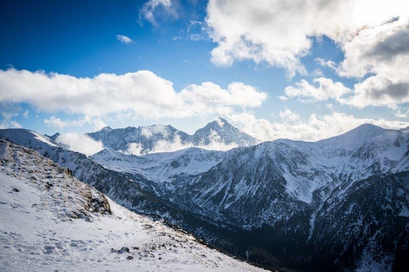 Góra widok w świetle słonecznym z chmurami obraz stock