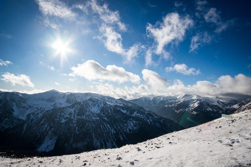 Góra widok w świetle słonecznym z chmurami obraz royalty free