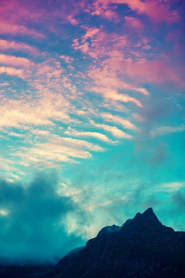 Góra wierzchołek przeciw różowemu zmierzchu niebu zdjęcia royalty free