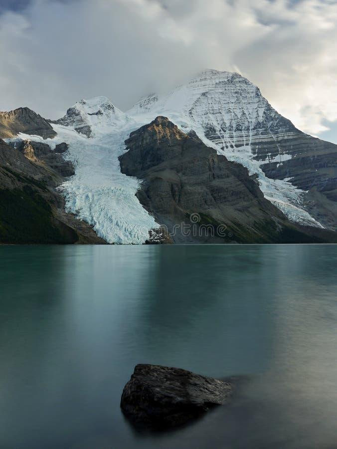 Góra z lodowem i jeziorem zdjęcia stock