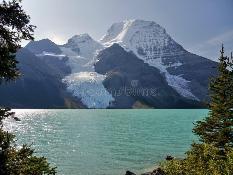 Góra z lodowem i jeziorem zdjęcie stock