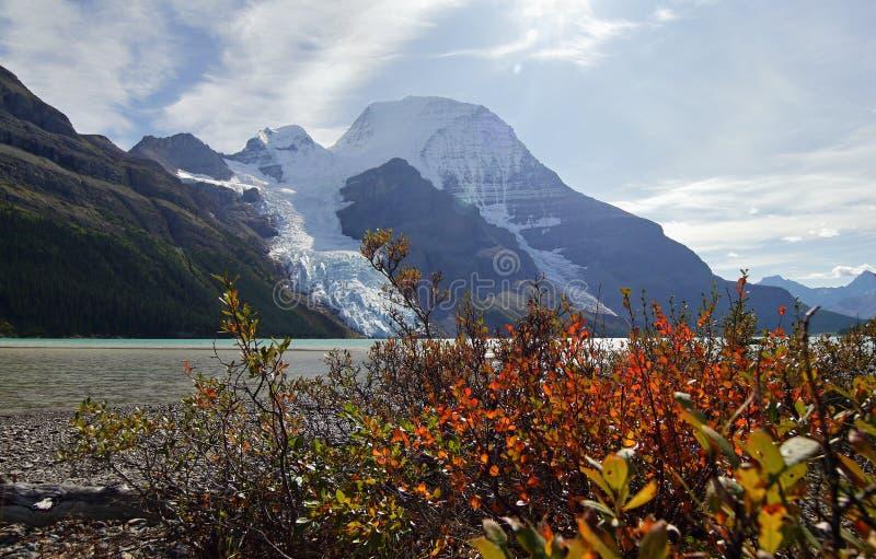 Góra z lodowem i jeziorem obraz stock
