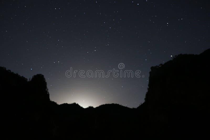 Góra z początkami i księżyc zdjęcia royalty free