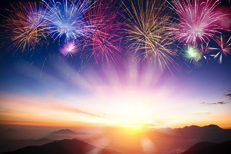 Góra z wschodem słońca i fajerwerkami obrazy royalty free