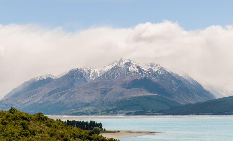 Góra za pięknym błękitnym jeziorem zdjęcia royalty free