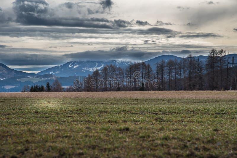 Góra zakrywająca w chmurach obraz royalty free