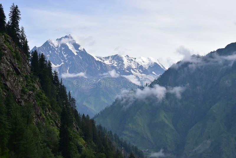 Góra zakrywająca z białym śniegu krajobrazem od bharmaur chamba pradesh himachal ind zdjęcie stock