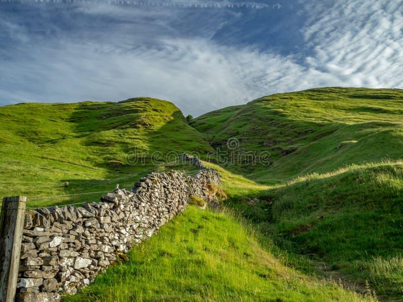 Górkowaty krajobraz w Szczytowym okręgu w UK z kamiennym fenc zdjęcie stock