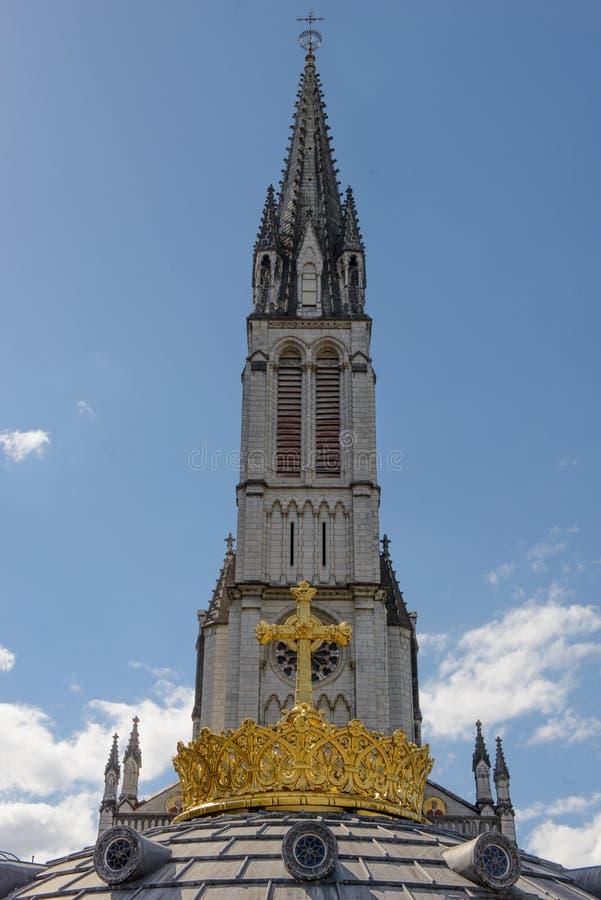 Górna bazylika z pozłocistym korony reklamy krzyżem w Lourdes zdjęcie stock