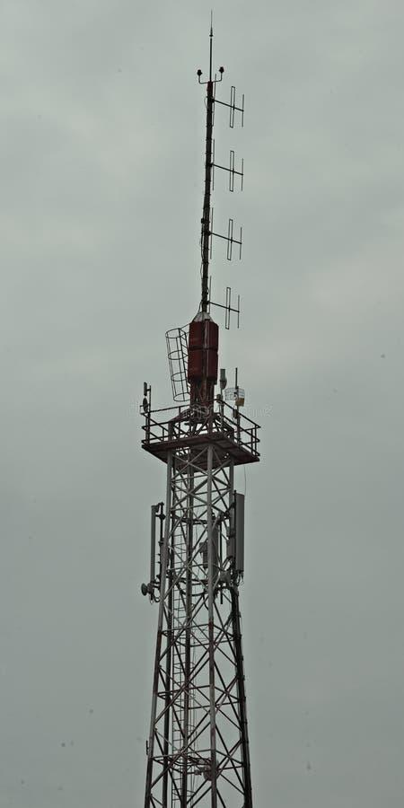 Górna część kraść radiowy wierza z antenami zdjęcie royalty free