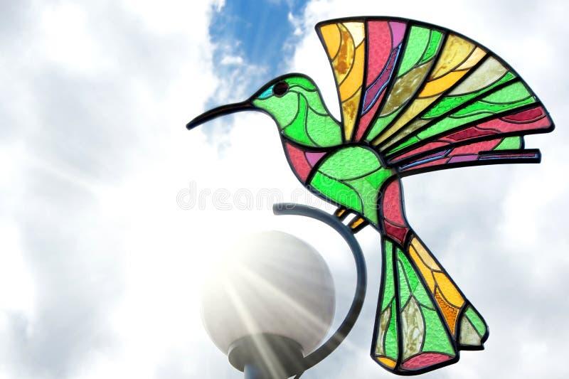 Górna część latarnia uliczna z kolorową hummingbird dekoracją obraz stock