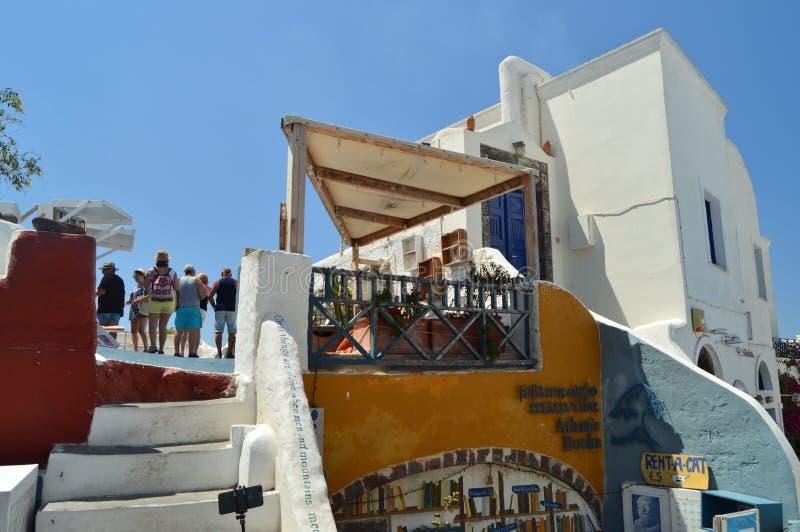 Górna fasada budynki Na Pięknej głównej ulicie Oia Na wyspie Santorini Architektura, krajobrazy, podróż, cr zdjęcia stock