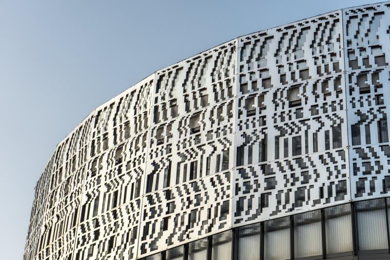 Górna półcyrkłowa część Skandynawski stylowy budynek przeciw niebieskiemu niebu obraz royalty free