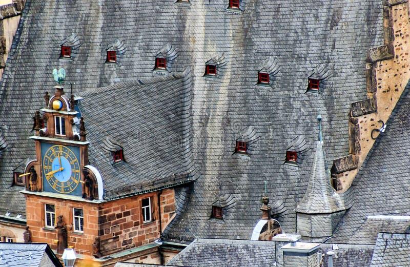 Górna wieża renesansowa dachu ratusza z przegrodą zegara w Marburgu, Hesse, Niemcy obrazy royalty free
