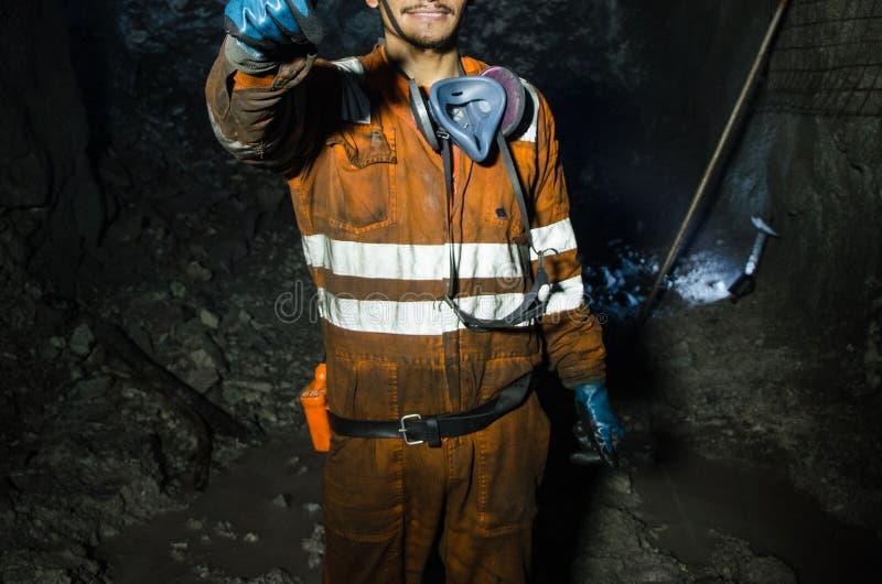 Górnik uśmiecha się inside kopalnia zdjęcia stock