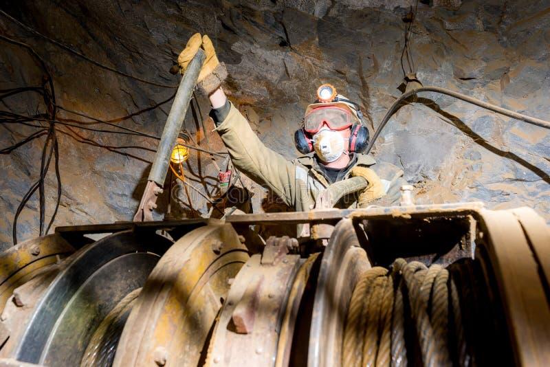 Górnik wśrodku kopalni złota fotografia royalty free