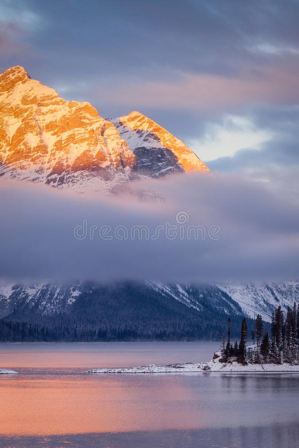Górny Kananaskis jezioro przy wschodem słońca zdjęcia royalty free