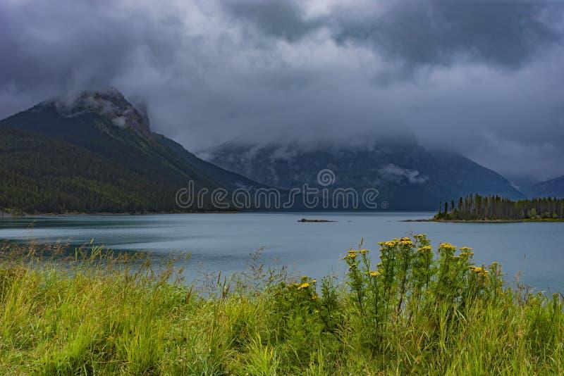 Górny Kananaskis jezioro w Skalistym Mountanis blisko Canmore Alberta Kanada zdjęcia stock
