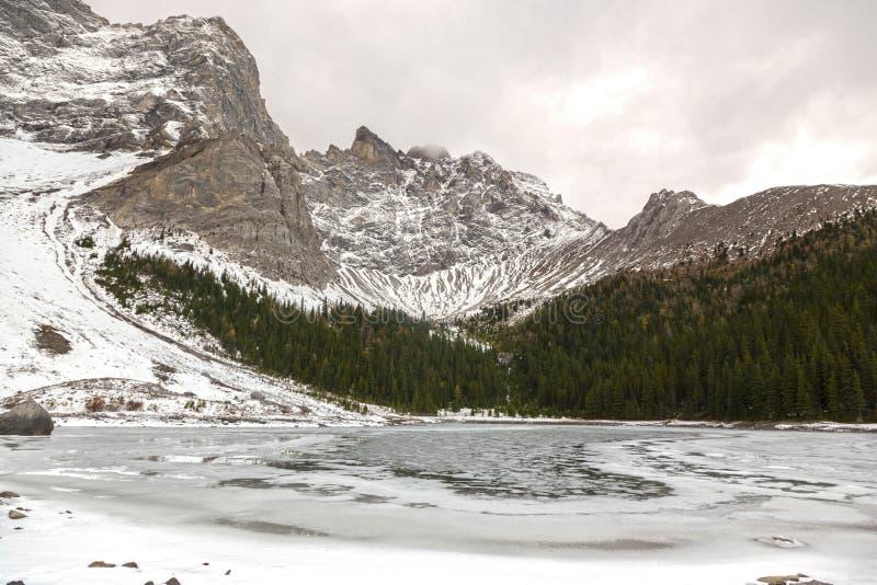 Górny Nagrobek jeziora krajobraz w Kananaskis kraju Alberta pogórzach obrazy stock