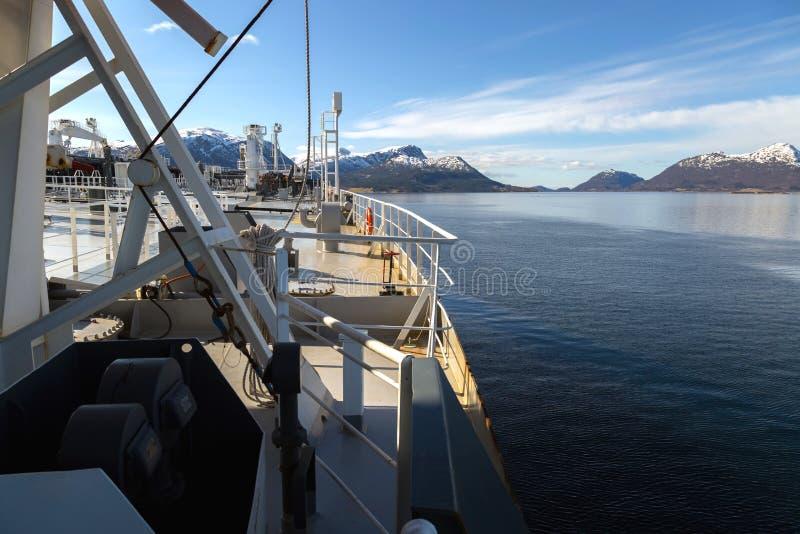 Górny pokład tankowiec w fiordzie zdjęcia stock