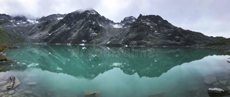 Górny Trzcinowy jezioro Odbija góry fotografia stock