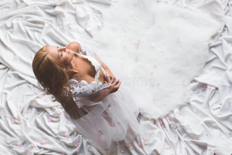 Górny widok młoda seksowna dziewczyna dostaje rozbierający się zdjęcie royalty free