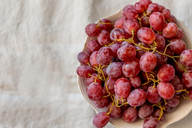 Górny widoku strzał talerz z winogronami fotografia royalty free