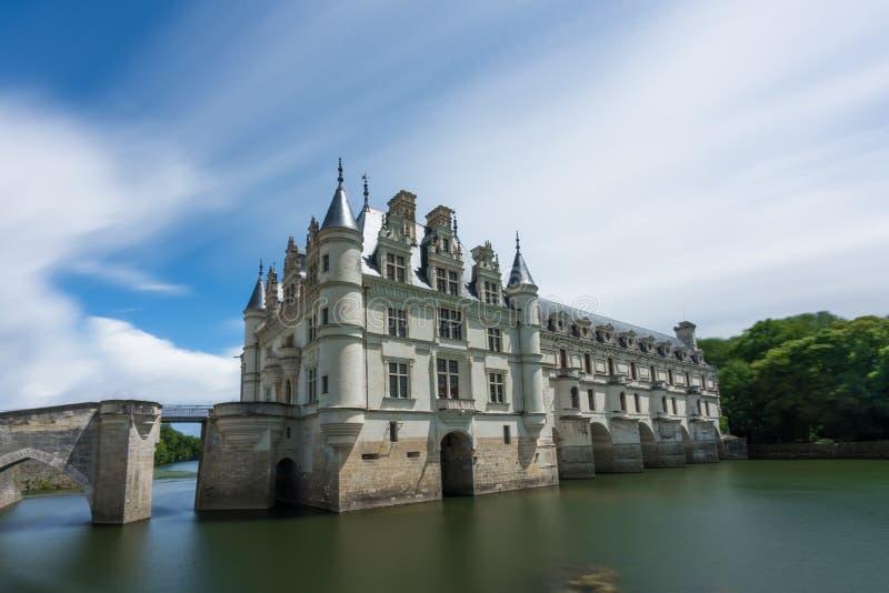 Górska chata De Chenonceau z niebieskim niebem & silky rzeką obrazy royalty free