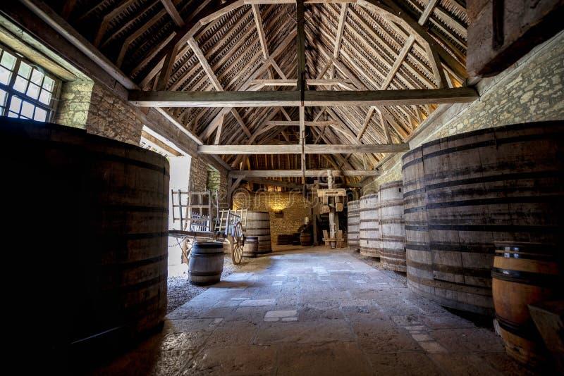 Górska chata Du Clos De Vougeot Stare beczki wytwórnia win Cote De Nuits, Burgundy, Francja obrazy stock