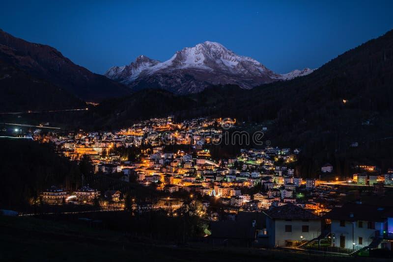 Górska wioska dominująca przy zmierzchem zdjęcie royalty free