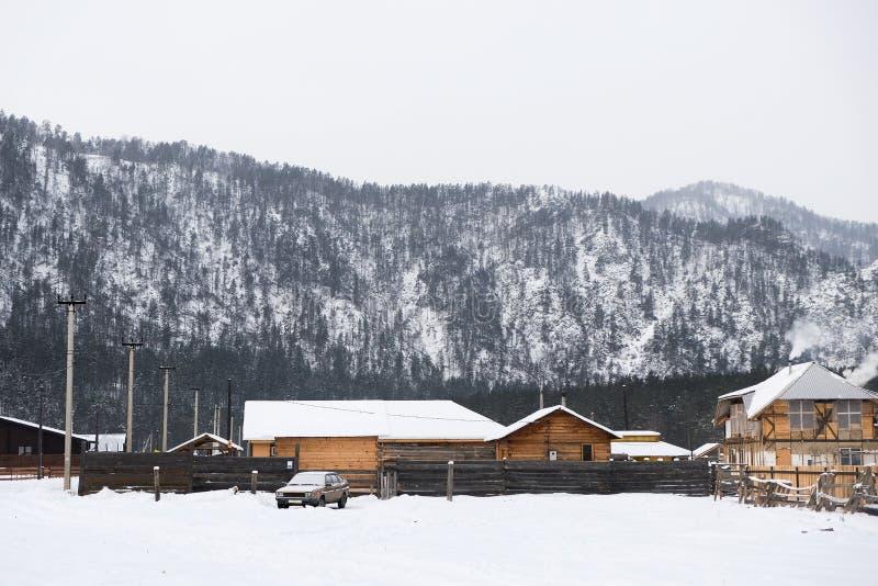 Górska wioska na błękitnym natury tle Dom w Altai górach krajobrazu wiejskiego zdjęcie stock