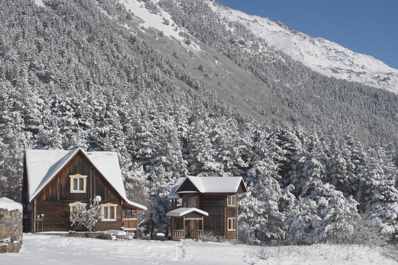 Górska wioska na Pogodnym zima dniu obraz royalty free