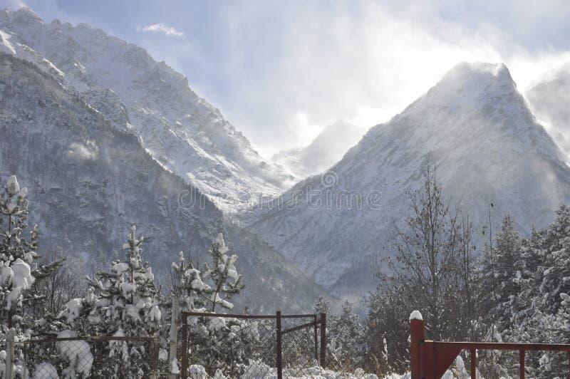 Górska wioska na Pogodnym zima dniu fotografia royalty free