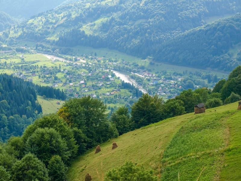 Górska wioska w dolinie w Karpackich górach obrazy stock