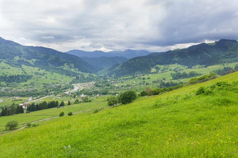 Górska wioska w dolinie z fechtującymi się hayfields na przedpolu zdjęcia royalty free