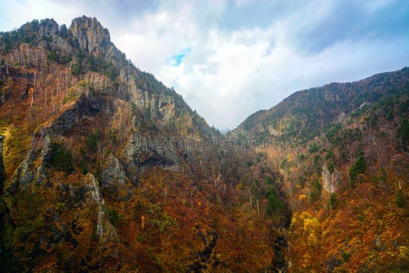 Górski krajobraz niedaleko zapory Hoheikyo w Jozankei, Sapporo jesienią w Japonii obraz stock